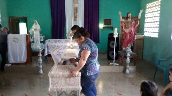 La mujer fue sepultada a las 2 de la tarde en su natal Parrita. Foto: Alfonso Quesada.