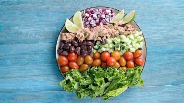 Una ensalada completa como esta, podría llevarle a su amiga si llega de visita. Foto: Nina Cordero