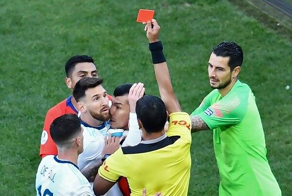 Por segunda vez en su historia, Messi vio la tarjeta roja. (Photo by EVARISTO SA / AFP)