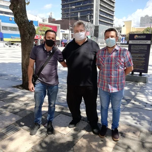 Cristian Vílchez (izquierda) e Israel Barrantes (derecha) de Investigación ParanormalCR trajeron al país a Chris. Foto Eduardo Vega Arguijo.