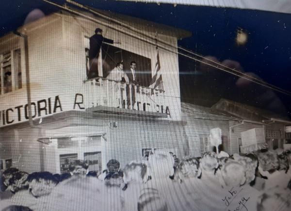 Desde el balcón de la emisora Radio victoria, Emilo Piedra Jiménez transmitía sus mensajes a los cientos de cartagineses que se acercaban a escuchar sus discursos. Foto: Cortesía Emilio Piedra Guzmán.