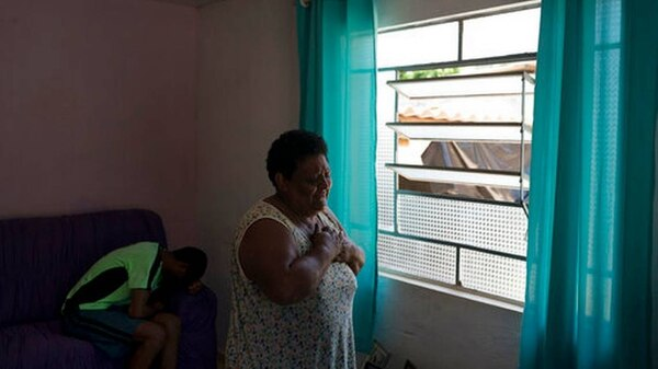 Malvina lloraba desesperada por no encontrar a su hijo, cuyo cuerpo fue hallado días después. Leo Correa / AP