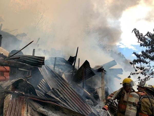 Las casitas eran de madera y latas y por eso el fuego avanzó rápido. Fotos: Bomberos