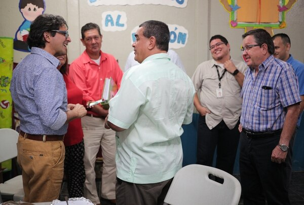 El ministro Mora se ayudará con lectores para abarcar todos los ensayos. Foto Jeffrey Zamora