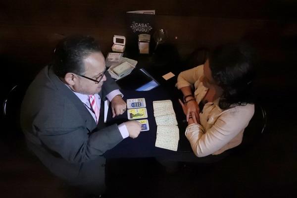 Yerlin Tenorio se animó a que Fabin le leyera el tarot. Foto: John Durán.