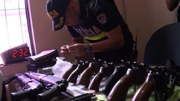 Los policías decomisaron 48 armas que ya no estaban en regla. Foto: MSP
