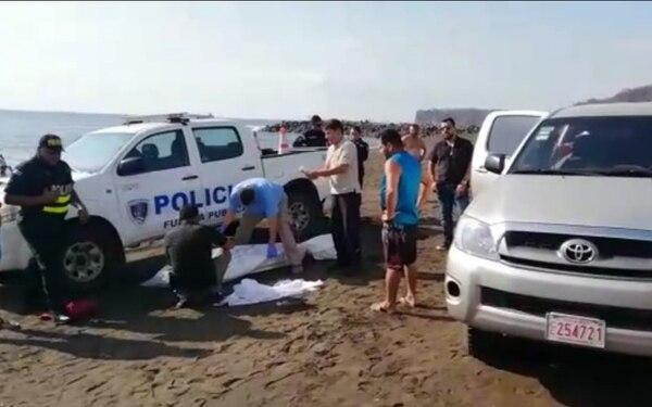 Los familiares de la víctima no se alejaron del cuerpo en ningún momento. Foto: Andrés Garita.