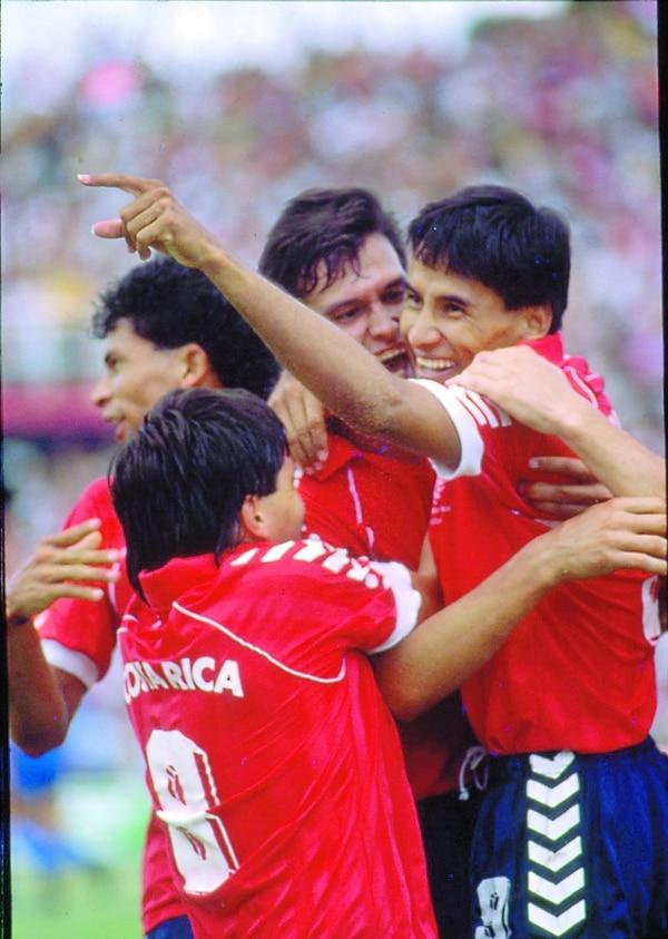 Los dos goles de Leoni fueron vitales, acá festeja con Pastor Fernández, Germán Chavarría y Héctor Marchena. Foto: Archivo.