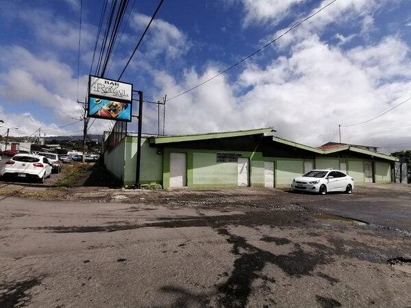 Enredo dio pie a operativo policial en el conocido bar Royal en Cartago. Foto Keyna Calderón.