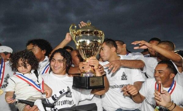 Yosimar Arias levanta el trofeo de campeón nacional con el Brujas FC, en diciembre del 2009 frente al Puntarenas FC. Foto Manuel Vega