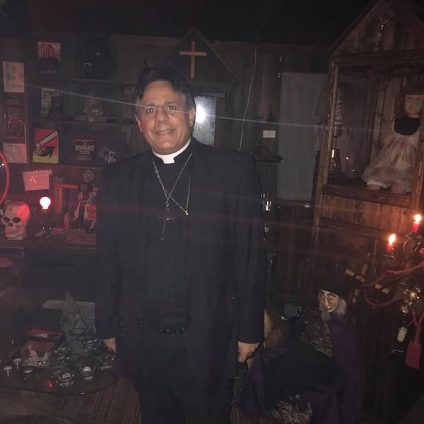 El padre Angelakis también bendice todo el Museo de lo Oculto. Cortesía.