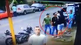 (Video) Hombre que murió en pleito frente a un bar habría recibido dos balazos de un conocido