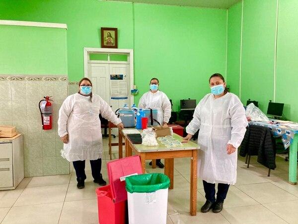 Yendry, Mirima y Marjorie, vacunan abuelitos en Cartago. Cortesía.