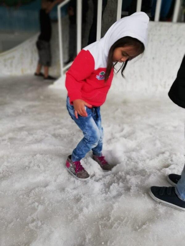 Katalina pasaba majando el suelo porque no entendía esa sensación tan diferente. La nieve la dejó como loca de contenta. Foto Eduardo Vega Arguijo.