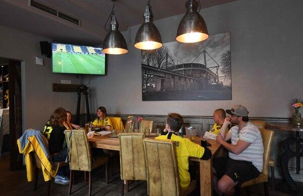 Los seguidores del Borussia Dortmund buscaron el mejor restaurtante para poder ver a su club frente al Schalke 04, este sábado y salieron celebrando porque su equipo ganó 4-0. AFP
