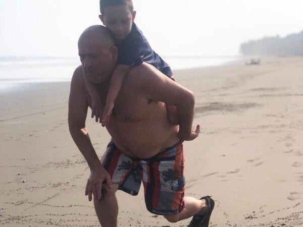 Don Carlos y Mathías pasaron jugado todo el día en playa. Foto: Cortesía de Virginia Barrantes.