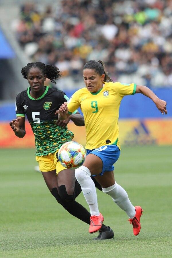 La hábil jugadora brasileña, Debinha (der), le gana el duelo a la marcadora de Jamaica, Konya Plummer, durante el juego entre esas dos selecciones este domingo en el Mundial de Francia. AP