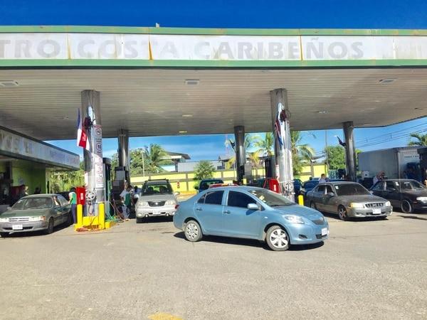 Las gasolineras en Limón tuvieron largas filas de carros por el temor de los conductores a quedarse sin combustible durante la huelga. Foto Raúl Cascante