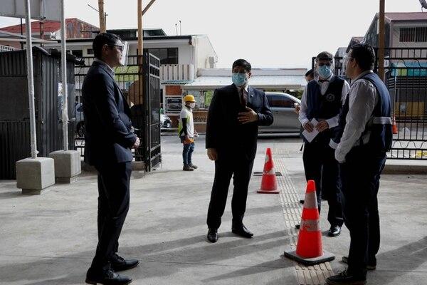 El presidente Carlos Alvarado hizo una inspección al lugar junto con el ministro de Salud Daniel Salas y el presidente de la CCSS, Román Macaya.