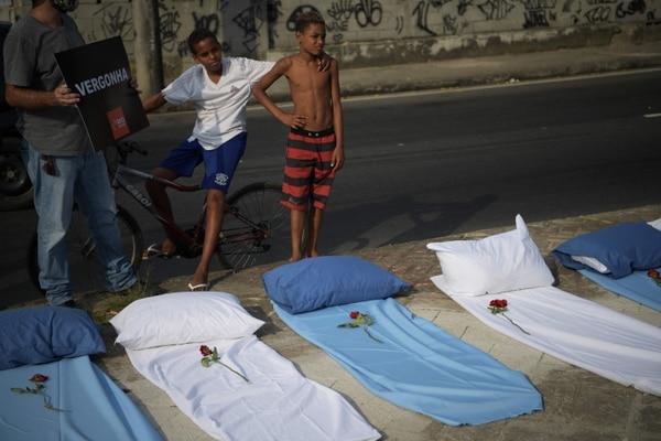 Grupos de derechos humanos protestaron ante el aumento de fallecidos por covid. (Photo by CARL DE SOUZA / AFP)