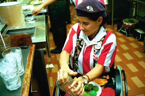 Luego del accidente Heidy regresó a trabajar como mesera y hasta ayudaba en la cocina. Eyleen Vargas / Archivo La Nación