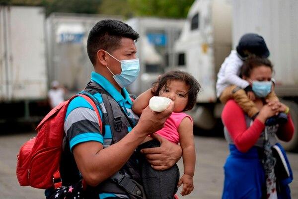 Muchos van con sus hijos en brazos. (Photo by Johan ORDONEZ / AFP)