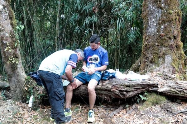 Hay momentos en los que las piernas ya no dan por lo que hay que recibir una ayudadita.. foto Alonso Tenorio