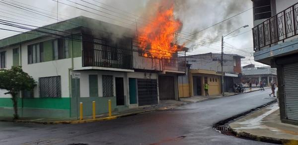 El fuego destruyó el segundo piso en cuestión de pocos minutos. Foto: Francisco Barrantes
