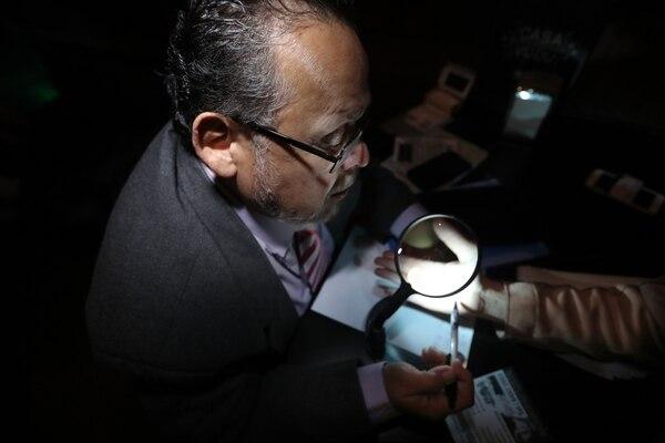 La especialidad de la noche de los miércoles es la lectura de la palma de la mano por Alan Fabin. Foto: John Durán.
