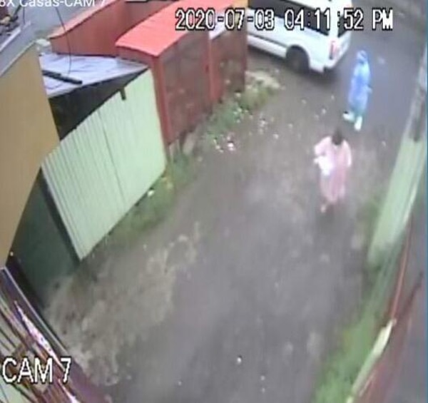 La llegada de la mujer fue captada por las cámaras de seguridad.