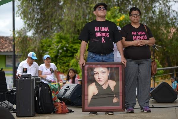 Rodolfo Fallas y Ana Ruth Romero padres de Angélica Fallas Romero participan cada vez que pueden en las marchas contra la violencia. Foto: Agencia Ojo por Ojo