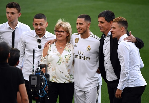 Hazard posó con sus pardres, Carine y Thierry y con sus hermanos. (Photo by GABRIEL BOUYS / AFP)