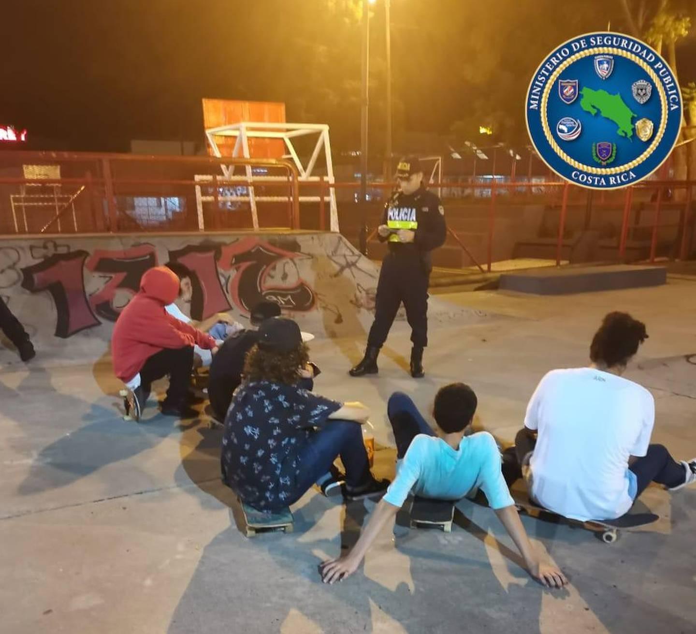 Detienen a 6 jóvenes que rompieron cinta amarilla para ingresar a parque de patinaje en Alajuela. Foto MSP.