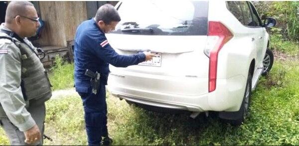 A los turistas les bajaron las placas de los carros en que andaban. Foto: SINAC