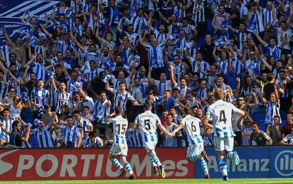 Aritz Elustondo (15) de la Real Sociedad, festeja el único gol de su equipo frente al Barcelona. Su divisa terminó perdiendo el duelo en casa 1-2. AP