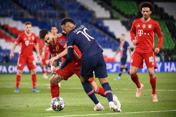 Lucas Hernandez disputa una bola con Neymar. AFP