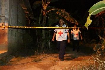 Un nicaragüense identificado preliminarmente como Roberto Lean Siu fue asesinado al ser golpeado de varias pedradas en El Jardín de La Rita de Pococí. Fotos: Reiner Montero