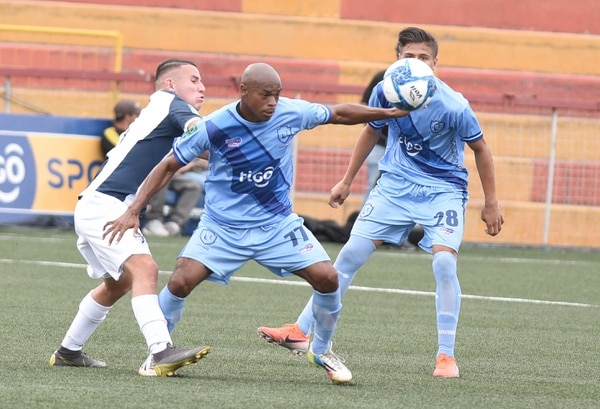 Verny Scott (celeste) mantuvo duelo cerrado con Luis Ronaldo Araya del Cartaginés. Foto Carlos González/Agencia Ojo por Ojo