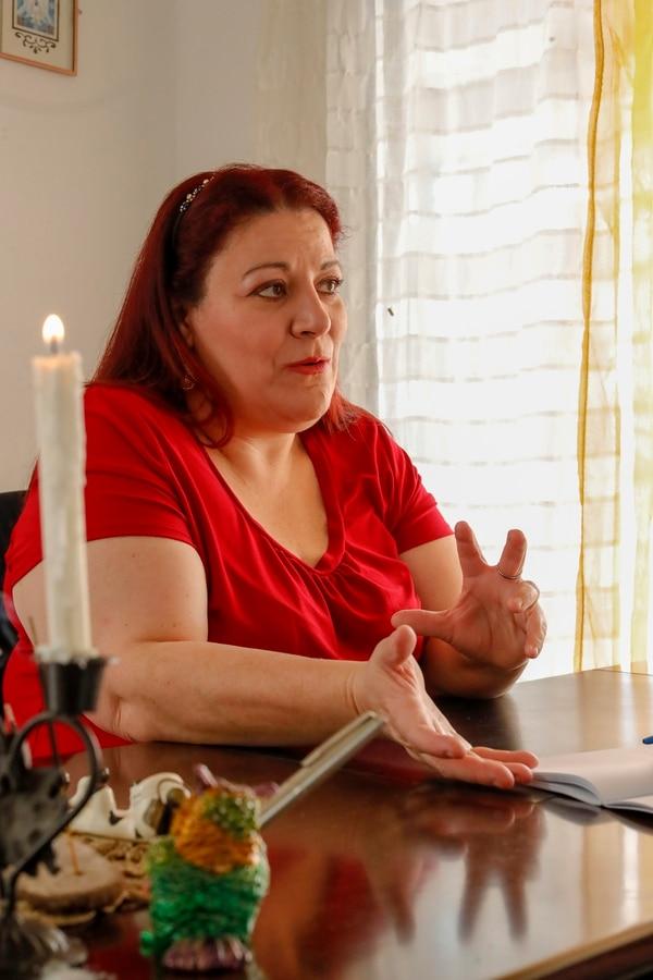 La bruja Sally atiende en San Francisco de Dos Ríos, es enfermera de profesión y tiene ocho años de dedicarse completamente a la brujería. Foto José Cordero.