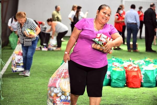 Doña Flor Blandón salió bien contenta con la comedera. Foto Jorge Castillo.