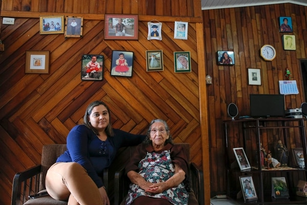 Yahaira llenó la casa de risas, correteos y chiroteadas porque sus tres hijos alegran los días de la bisabuelita, doña Marina. Foto Mayela López.