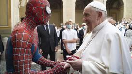 El Hombre Araña visita al papa Francisco en el Vaticano