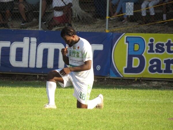 Jemark Hernández, le da gracias a Dios por lograr el primer gol de Limón este domingo en casa de Jicaral. Foto Jesús Muñoz Obando de Jicaral