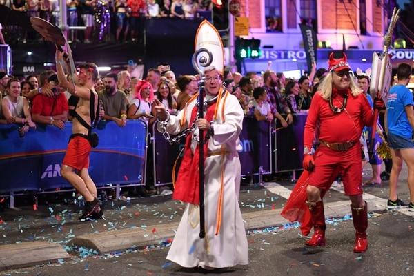 Hubo algunos que aprovecharon para protestar por los escándalos de abusos en la Iglesia católica. AFP