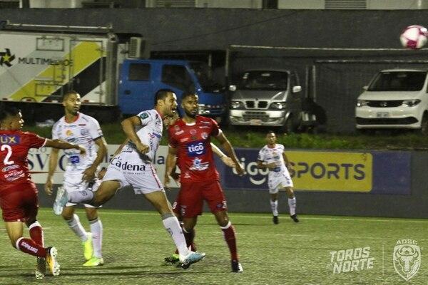 Jairo Arrieta de cabeza anotó su gol 108 jugando en la máxima categoría. Foto Prensa AD. San Carlos .