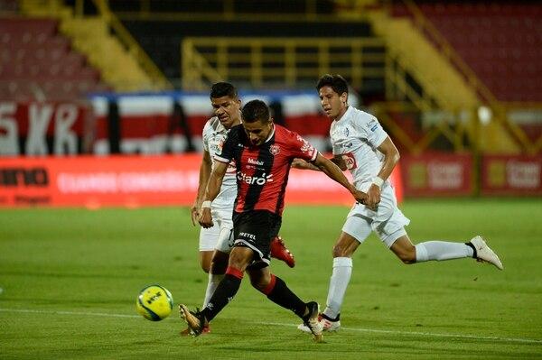Los manudos han debido echar mano de la contratación de extranjeros como el talentoso Róger Rojas, ante la falta de delanteros que surjan de sus ligas menores. Fotos de Diana Méndez.