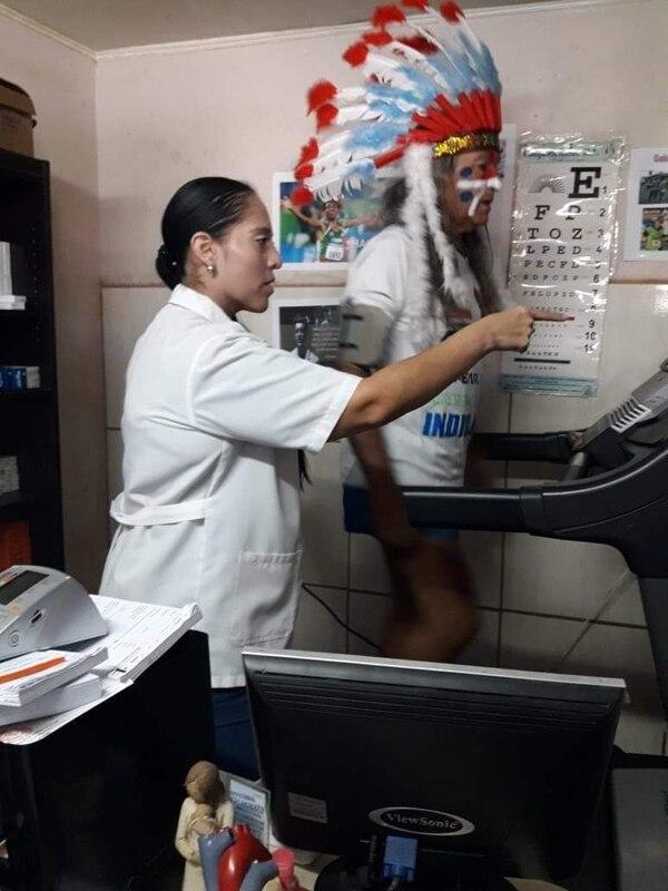 La doctora Gabriela Chacón le tiene el ojo puesto al Indio para que esté bien cuidado. Foto: Cortesía