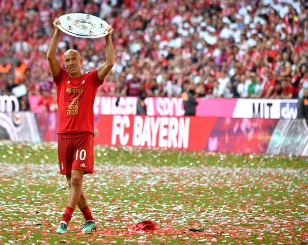(FILES) In this file photo taken on May 18, 2019 Bayern Munich's Dutch midfielder Arjen Robben celebrates with the trophy after the German First division Bundesliga football match FC Bayern Munich v Eintracht Frankfurt in Munich, southern Germany. - Robben announced the end of his professional football career on July 4, 2019. (Photo by John MACDOUGALL / AFP)