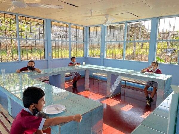 Con distanciamiento, higiene y en grupos, los comedores estudiantiles están abriendo poco a poco en todo el país. Cortesía MEP.