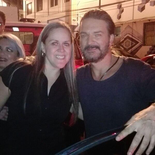Andreina tuvo el privilegio de conocer a Arjona luego de uno de sus conciertos en Tiquicia. Cortesía Andreina Arias